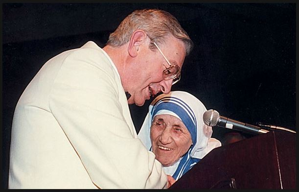 Supreme Knight Dechant presents Mother Teresa with the inaugural Gaudium et Spes Award, 1992
